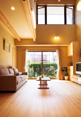 ソーラーホーム/OMソーラーの家【自然素材、省エネ、間取り】南側に家が建つことを想定して、採光を目的に南面のリビングを吹き抜けにしてハイサイドライトを設置