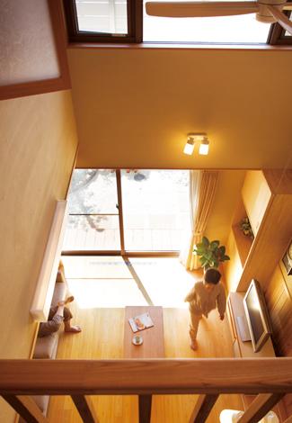 ソーラーホーム/OMソーラーの家【自然素材、省エネ、間取り】2階ホールからの眺め。ホールは室内物干し場として活用。空気環境が良くカラッと乾く