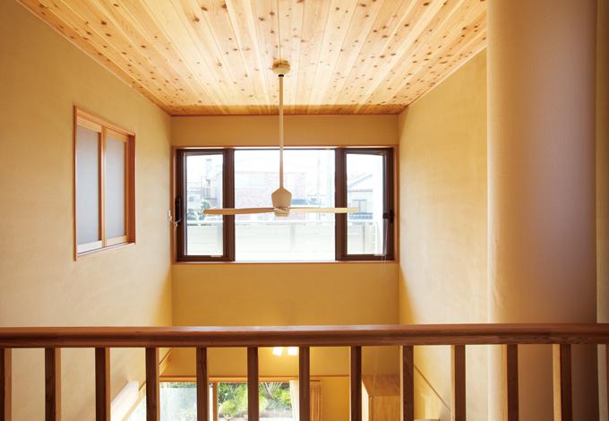 ソーラーホーム/OMソーラーの家【自然素材、省エネ、間取り】吹抜け越しに外の自然を望む。光風が入りやすく、常に清潔な空気が流れる