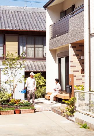 ソーラーホーム/OMソーラーの家【自然素材、省エネ、間取り】住宅地の一角にあるため、庭に面した窓以外は開口部を小さくし、プライバシーを考慮した外観デザインに。玄関ポーチのモザイクタイルがアクセント。夫婦揃って縁側に座り、庭を眺める贅沢な時間も新居で叶えられた