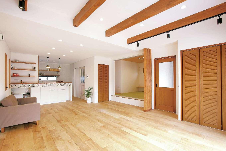 片桐建設【1000万円台、デザイン住宅、自然素材】開放感あふれるLDK。床、建具に使用した『片桐建設』オリジナルの無垢材は海外から輸入するため、コストダウンが可能。天然素材ならではの経年変化も楽しめる