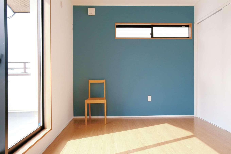 片桐建設【1000万円台、デザイン住宅、自然素材】バルコニーに面した主寝室。部屋ごとにクロスの色を変えて空間の変化を楽しむ