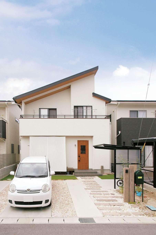 片桐建設【1000万円台、デザイン住宅、自然素材】大胆な片流れ屋根のプロポーションが美しい外観。白い外壁と木目調の軒天のコントラストもすてき