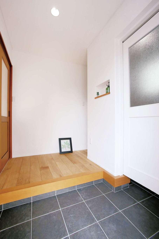 片桐建設【1000万円台、デザイン住宅、自然素材】さわやかな白で統一した玄関ホール。シューズクロークを白い扉で間仕切りしたところに個性を感じる