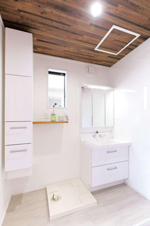 片桐建設【1000万円台、デザイン住宅、自然素材】スリムで大容量の収納ユニットを設置したランドリースペース