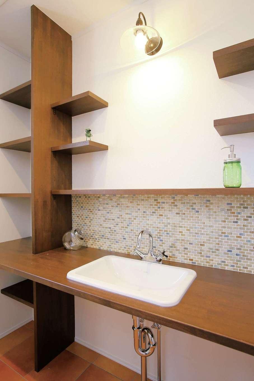片桐建設【1000万円台、デザイン住宅、輸入住宅】洗面ボウルのサイズに合わせてカウンターを造作。雰囲気に合わせて飾り棚も造った。シックな色合いのモザイクタイルが空間のアクセントに