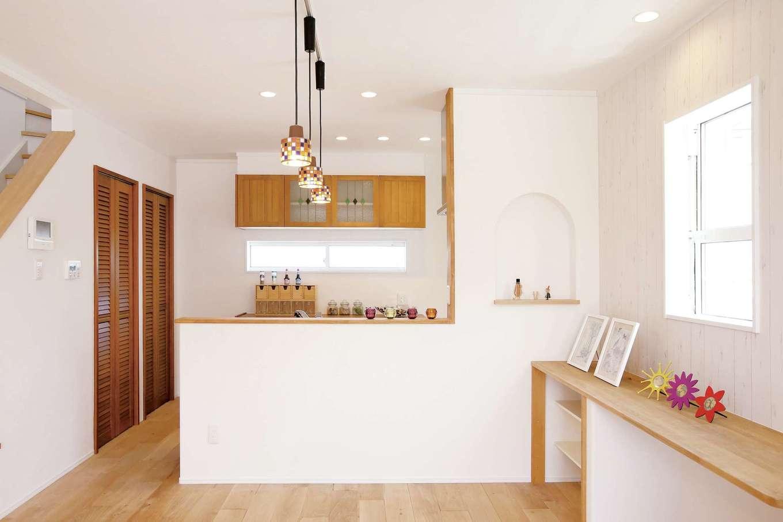 片桐建設【1000万円台、デザイン住宅、輸入住宅】カフェスタイルのオープンキッチン。おしゃれなL字型の白い壁で手元を見せないように工夫した。目の届く位置にカウンターを設置し、子どもたちのスタディコーナーに