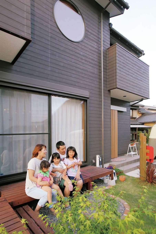 子どもを守り、遊び心を刺激する! 塗り壁と無垢材の家