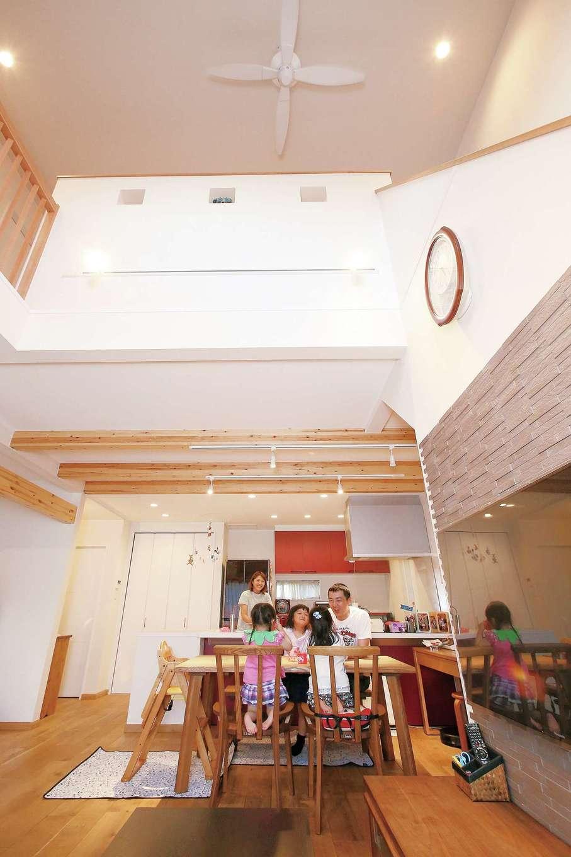 片桐建設【子育て、趣味、自然素材】家族団らんのLDK。塗り壁と無垢材のLDKは、吹き抜けになっていて爽やかで開放的。また、TV裏に配したエコカラットは、室内の湿度を調節し、匂いを軽減してくれる