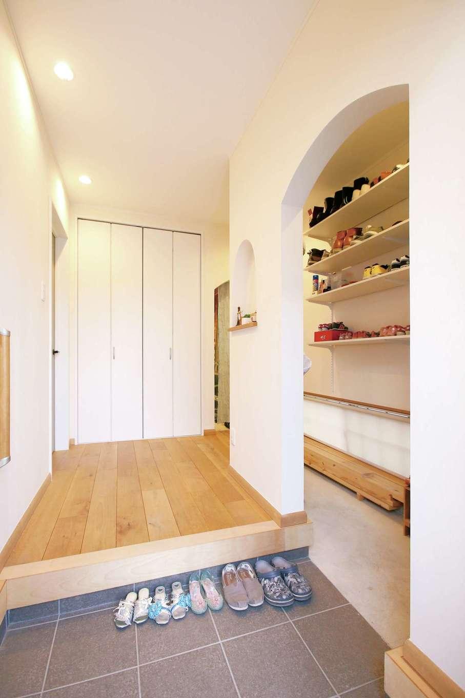 片桐建設【子育て、趣味、自然素材】玄関ホールには、たっぷり収納できるシューズクロークをつくった。2WAYが便利で、アーチ壁もかわいらしい