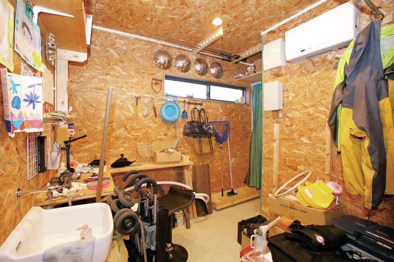 片桐建設【子育て、趣味、自然素材】ご主人の自慢は、OSB合板の作業部屋。洗面ボウルを設け、奥さまが使っても便利