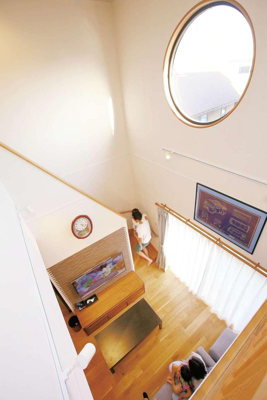 片桐建設【子育て、趣味、自然素材】吹き抜けに設けた丸窓は直径120cm。外から眺めても、中から眺めても、インパクト大
