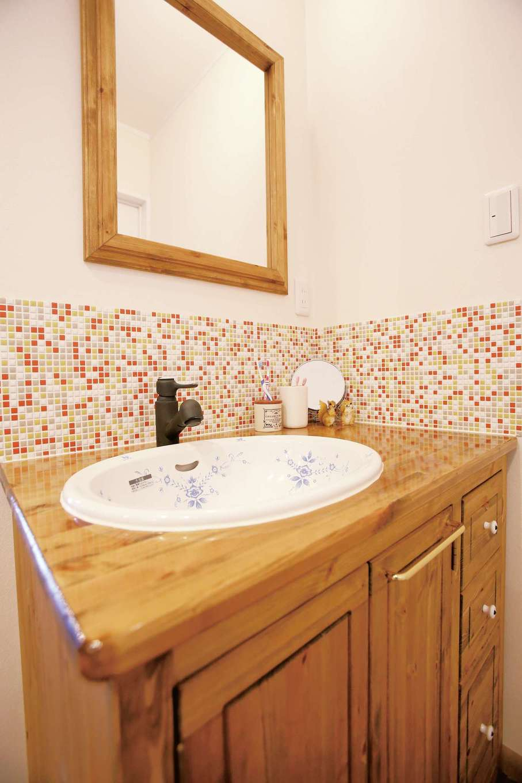 片桐建設【子育て、趣味、自然素材】奥さま自慢の洗面台。女の子らしいタイルのほか、ミラーやボウルなども自らセレクトした。こんな空間なら、毎日の歯磨きやうがいも楽しくなる!
