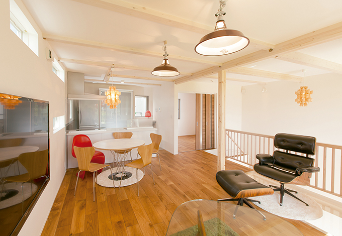 片桐建設【1000万円台、デザイン住宅、屋上バルコニー】24坪とは思えないほどの開放感あふれる2 階リビング。シンプル&モダンなインテリアは奥さまのセンス。ラスティックフローリングが高級感を演出している