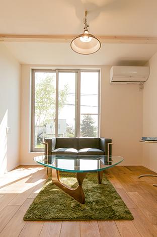 片桐建設【1000万円台、デザイン住宅、屋上バルコニー】明るさを確保するとともに、隣家の視線を避けるためにリビング を2階に配置した。家事動線もスムーズで、奥さまも毎日ラクラク!