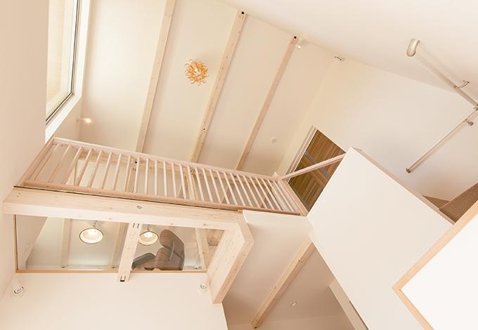 片桐建設【1000万円台、デザイン住宅、屋上バルコニー】吹抜けを通して光を採り込むと同時に、1階と2階のつながりが生まれるので家族のコミュニケーションもスムーズ