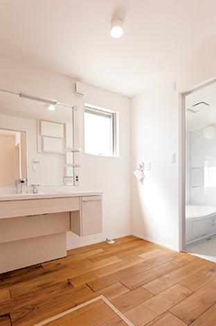 片桐建設【1000万円台、デザイン住宅、屋上バルコニー】ゆったり広々サイズの洗面脱衣所は、朝の混雑もなくストレスフリー。採光と通風を確保し、カビとも無縁な暮らしを実現