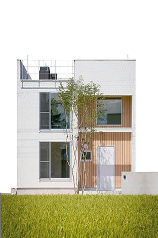 片桐建設【1000万円台、デザイン住宅、屋上バルコニー】シャープでモダンなスクエア型の外観。街なかの狭小地や変形地でも対応できる