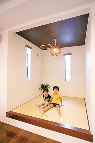 片桐建設【子育て、輸入住宅、間取り】小上がりの畳コーナーは、パパがゴロンと横になったり、子どもたちの遊び場として活躍