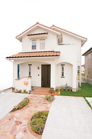 片桐建設【子育て、輸入住宅、間取り】オレンジの陶器瓦と白い壁のコントラストが美しい南欧風の外観。外から帰って来る度に笑顔がこぼれる
