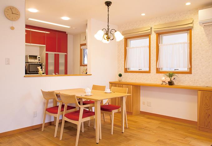 片桐建設【趣味、間取り、インテリア】光を多く取り入れた開放的で広々としたLDK。隣接する和室は、 キッチンからでもリビングからでも目が届く設計にした