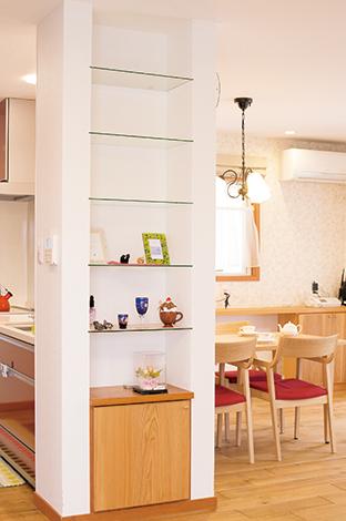 片桐建設【趣味、間取り、インテリア】キッチン脇の棚も造作。照明やカーテンなど、細かいところにまで配慮し、統一感のあるLDKになった