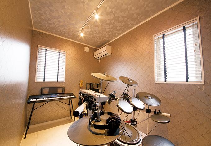 片桐建設【趣味、間取り、インテリア】ご主人の長年の趣味であるドラムを叩くための部屋は2階に設けた。他の空間と異なり、ロックなテイストに