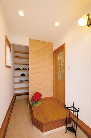 片桐建設【趣味、間取り、インテリア】玄関ホールの壁面の一部には、調湿・吸着機能に優れたエコカラットを採用。デザイン性も高く、 インテリアとしても◎