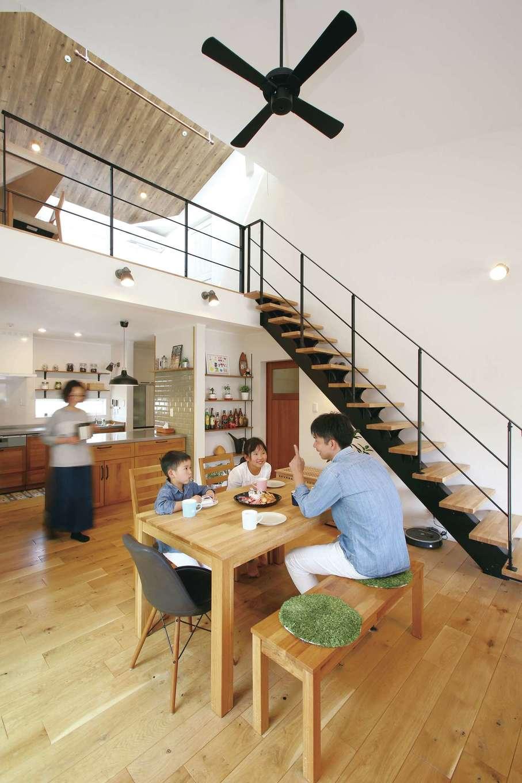 片桐建設【間取り、デザイン住宅、省エネ】23畳以上もある開放的なLDK。吹抜けを採用したことで、家族がどこにいても気配を感じられる。肌触りのいい床は無垢のオーク材を使い、経年変化も楽しみ