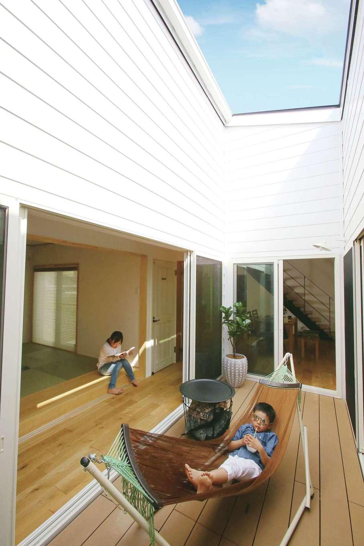 片桐建設【間取り、デザイン住宅、省エネ】家中のどこからでも見える6畳の中庭。外からの視線を完全にシャットアウトし、読書や昼寝、おうちカフェなど、自由気ままにくつろげる贅沢なスペース