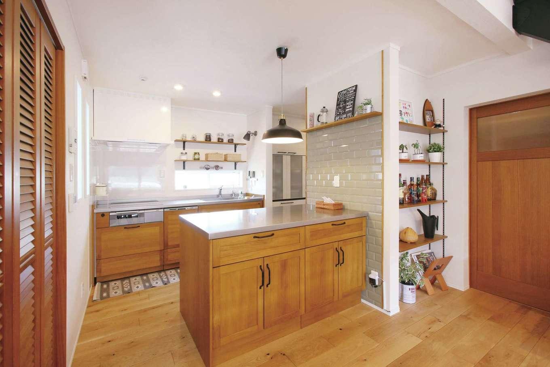 片桐建設【間取り、デザイン住宅、省エネ】壁付け型のキッチン、作業台のパネルはともに無垢材を使用し、高級感を出した。夫婦で一緒に料理する機会も多い