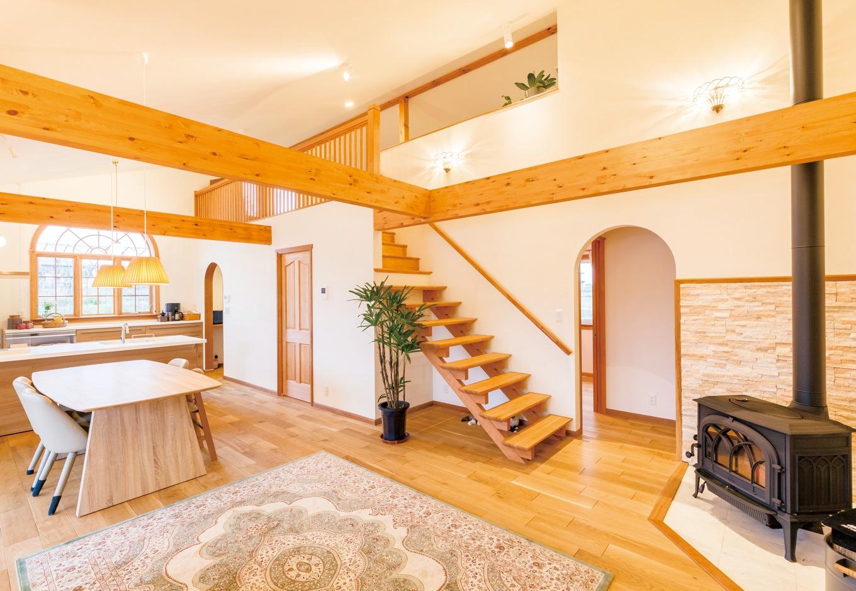 片桐建設【デザイン住宅、子育て、輸入住宅】LDKは、細かく仕切らず、大きなひとつの空間に。木窓のほかにも随所にアーチのデザインを採用した