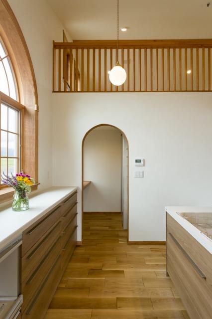 片桐建設【デザイン住宅、子育て、輸入住宅】キッチ ン脇には、広く使い勝手がいいパントリーを設けた。入り口 はやはりアーチ型だ 