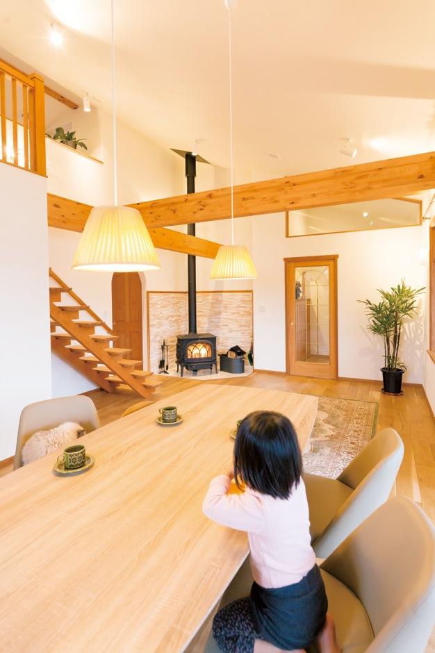 片桐建設【デザイン住宅、子育て、輸入住宅】家と暮らしの中心となるLDKは、シンプルで大きな箱とした。思い切りの良いデザインにより、とてもおおらかで気持ち良く、家族みんなが落ち着ける空間となった