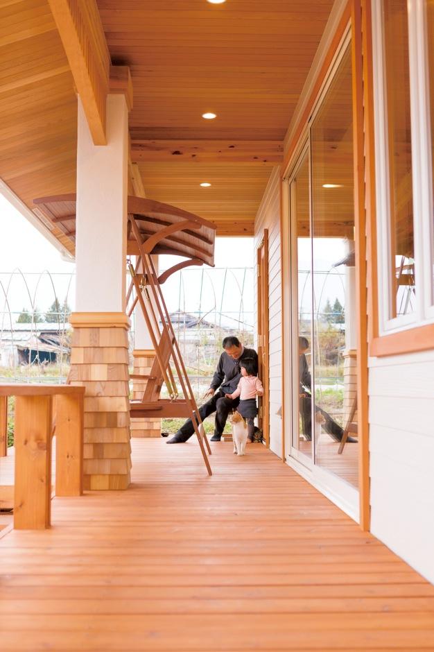 片桐建設【デザイン住宅、子育て、輸入住宅】ウッドデッキには、ブランコも。気候のいい日は、家族みんなでのんびり
