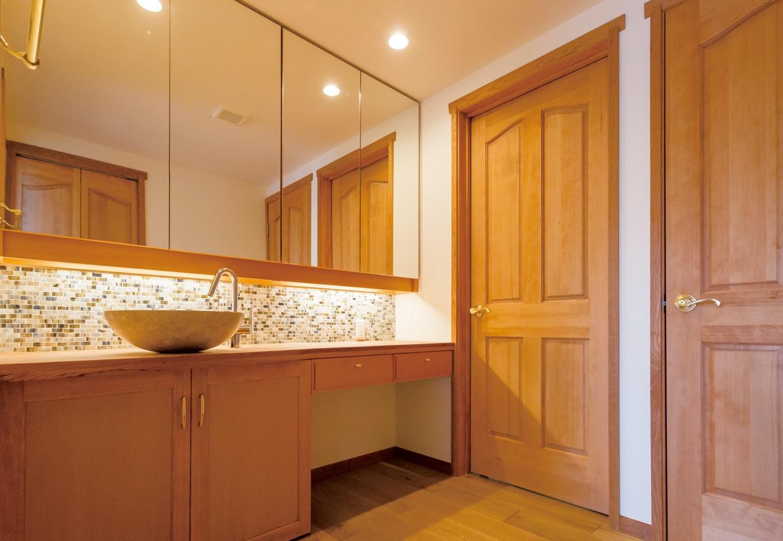 片桐建設【デザイン住宅、子育て、輸入住宅】洗面所は、まるでホテルのようなリッチな雰囲気。鏡の効果で空間が広く見える