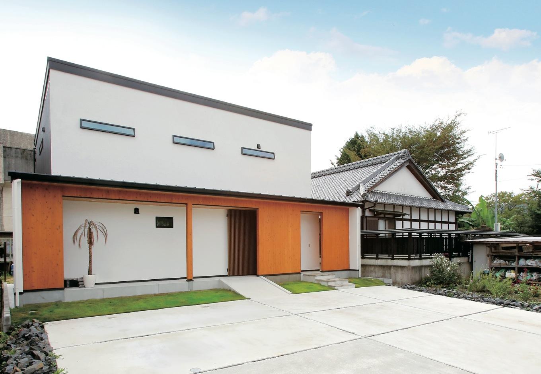 片桐建設【デザイン住宅、輸入住宅、省エネ】S邸の顔となる外観は、白い塗り壁に明るい色調の木製サイディングが印象的。かっこいい!
