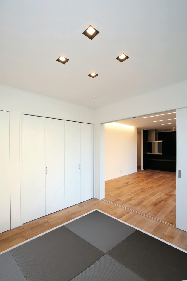 片桐建設【デザイン住宅、輸入住宅、省エネ】LDKと段差なく続く畳室では、LDKの床と同じオーク材でブラック&グレーの畳を囲み、まるでステージのよう。空間全体にアクセントを与えてくれた
