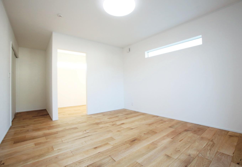 片桐建設【デザイン住宅、輸入住宅、省エネ】2階のプライベートルームも白と木を採用。主寝室にはウォークインクローゼットを設けた