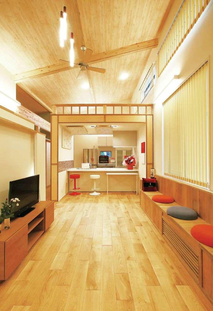 片桐建設【デザイン住宅、自然素材、夫婦で暮らす】息子さんご夫婦、お孫さん、親戚と、ことあるごとにたくさんの人が集まるK邸。長さ4mほどのベンチや小上がりの和室、無垢の床などで寛ぎの空間を実現した