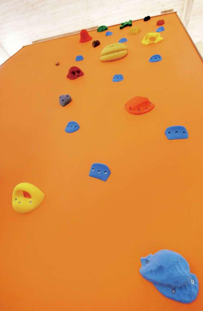 片桐建設【デザイン住宅、自然素材、夫婦で暮らす】キッチンと和室の間に設けたボルダリング壁は、お孫さんのためにつくった。オレンジが鮮やかで、楽しい気持ちになる