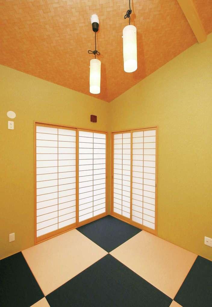 片桐建設【デザイン住宅、自然素材、夫婦で暮らす】約5畳の和室は、うぐいす色の塗り壁が心安らぐ。障子窓を開けると、中庭に出入りできる