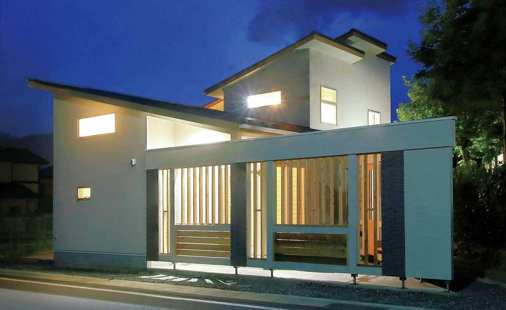 片桐建設【デザイン住宅、自然素材、夫婦で暮らす】住宅街の中の大通りに面した狭い土地であるため、外に閉じ、中に開いた建物に。窓の位置や大きさ、格子を多用したことにより、外からの視線は気にならない