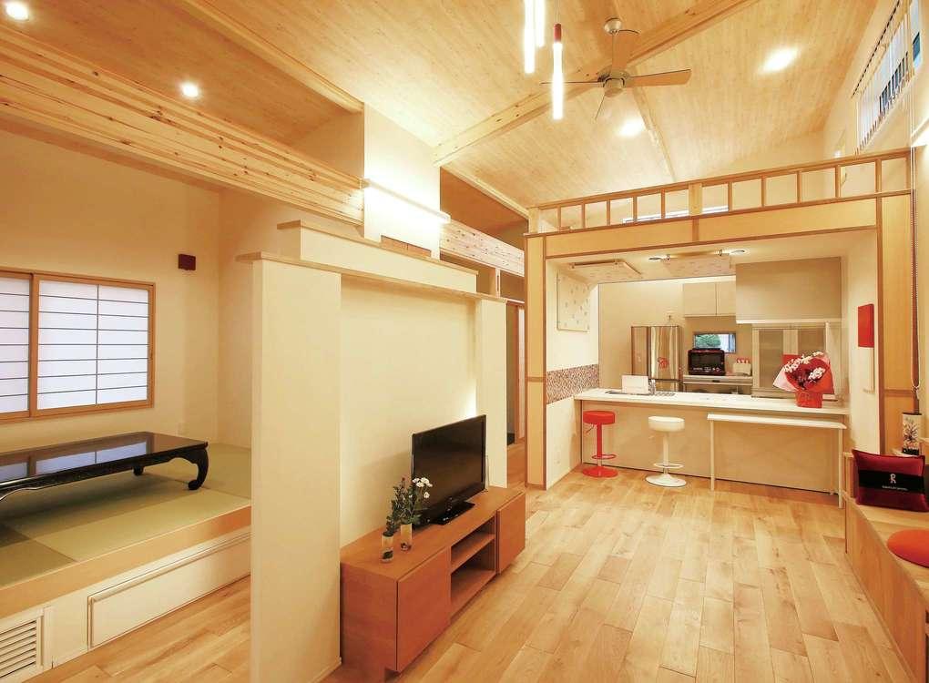 片桐建設【デザイン住宅、自然素材、夫婦で暮らす】床はオーク、天井は桧、壁は塗り壁と、自然素材をふんだんに使用。高齢のご夫妻のため、空調は足元に設置し、特に冬の室温管理に配慮した