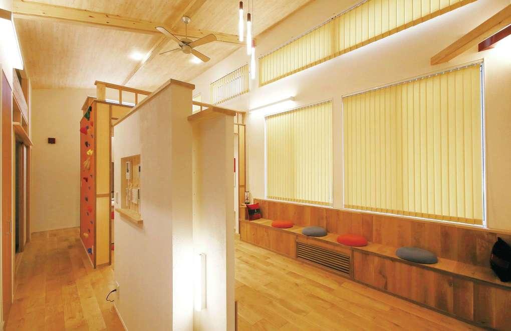 片桐建設【デザイン住宅、自然素材、夫婦で暮らす】手前にある背の低い壁は、間仕切りと動線づくり、TV関連のケーブルを収納する役割を果たす。狭小住宅ならではの工夫だ