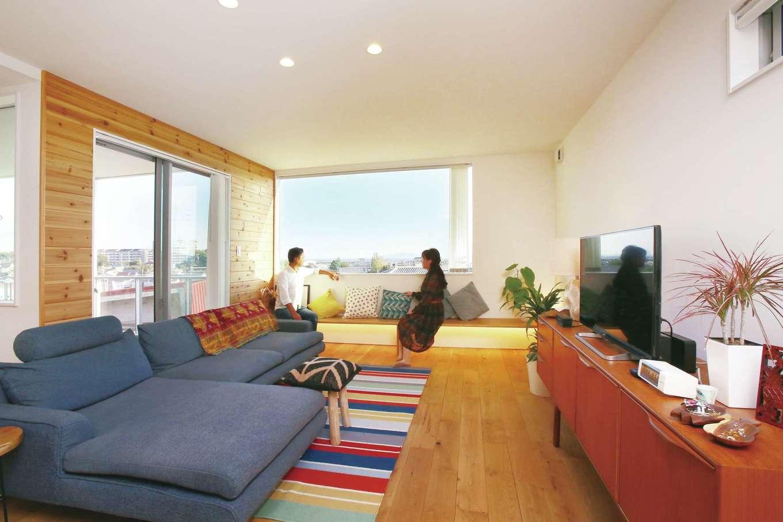 片桐建設【1000万円台、デザイン住宅、趣味】階段を上った2階にあるLDK。吹き抜けと幅3m大の一枚ガラスにより、抜け感と開放感はもちろん、明るさも抜群。一部に採用した羽目板も雰囲気がいい