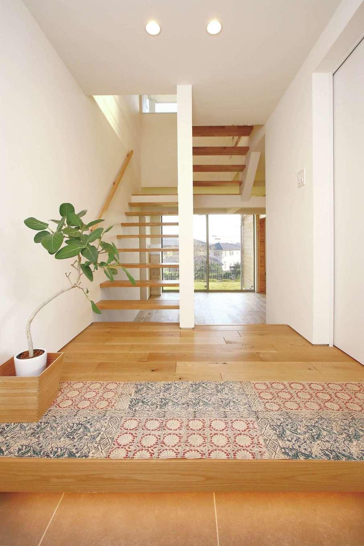 片桐建設【1000万円台、デザイン住宅、趣味】中2階に位置する玄関を入ってすぐの風景。上下に立体感があり、奥まで見通しの良い空間づくりで、抜け感と開放感が素晴らしい