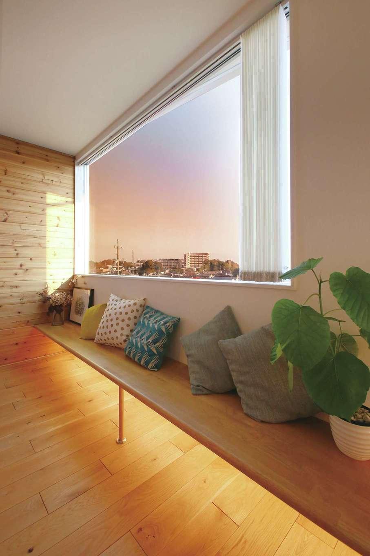 片桐建設【1000万円台、デザイン住宅、趣味】2階LDKの窓側に配置したベンチシート。間接照明が非日常感を盛り上げてくれる。このほか、室内の壁はすべて下が少しだけ浮いて見える造りにするなど、ディテールも完成度高く仕上がった