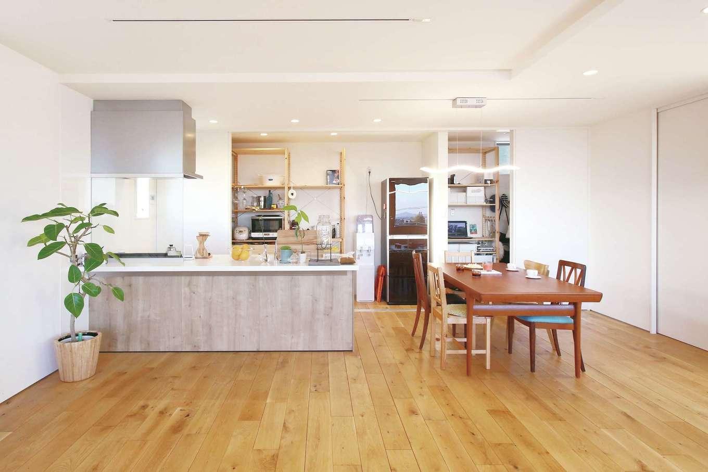 片桐建設【1000万円台、デザイン住宅、趣味】2階LDKのキッチン&ダイニングスペース。キッチンの背面には幅6mのオリジナル収納を造作した
