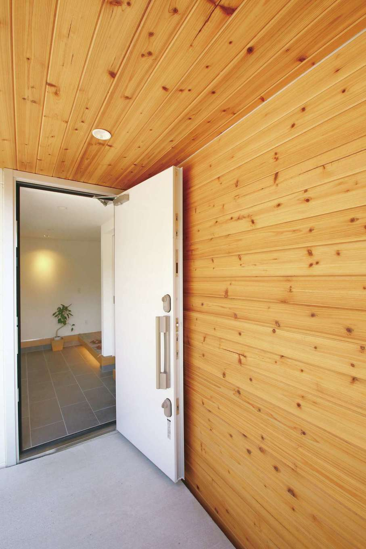片桐建設【1000万円台、デザイン住宅、趣味】玄関周りは羽目板に。ワクワク感が感じられる